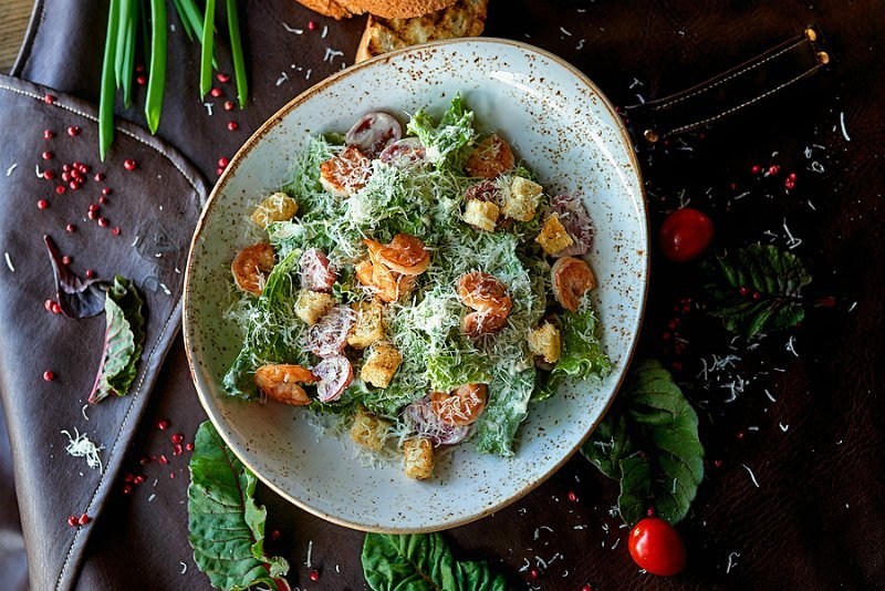 Salada Caesar na tigela